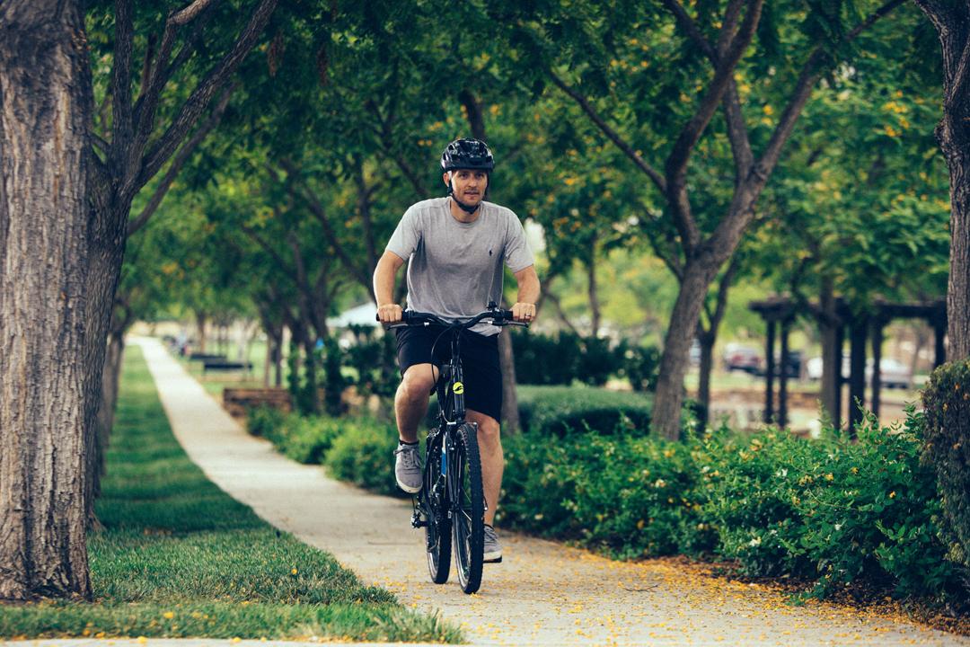 Đạp xe dưới bóng cây tạo cảm giác hứng thú khi đạp và tránh nắng nóng