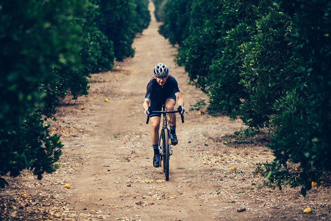 Đạp xe với tốc độ vừa phải khi tập luyện trong những ngày hè