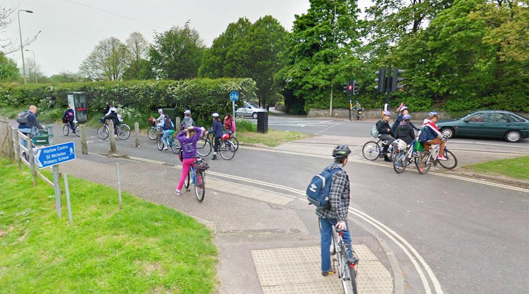 Các bạn đạp xe đến trường góp phần bảo vệ môi trường