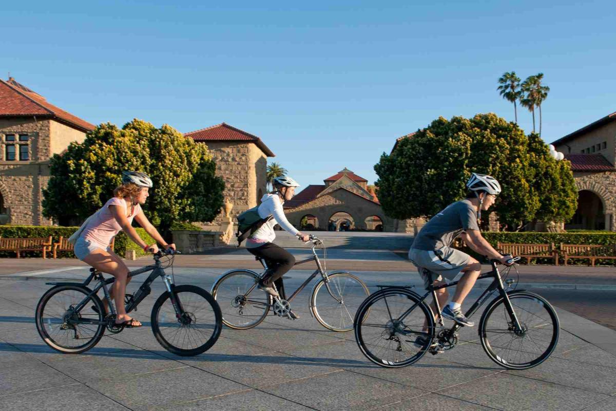 Các bạn trẻ tự tin đạp xe đến trường vào mỗi sáng