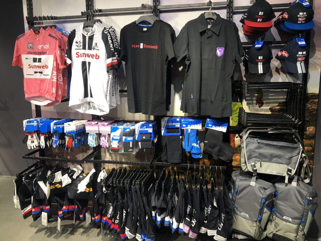 Các bạn sẽ dễ dàng tìm mua quần áo đạp Giant tại Showroom Trisport