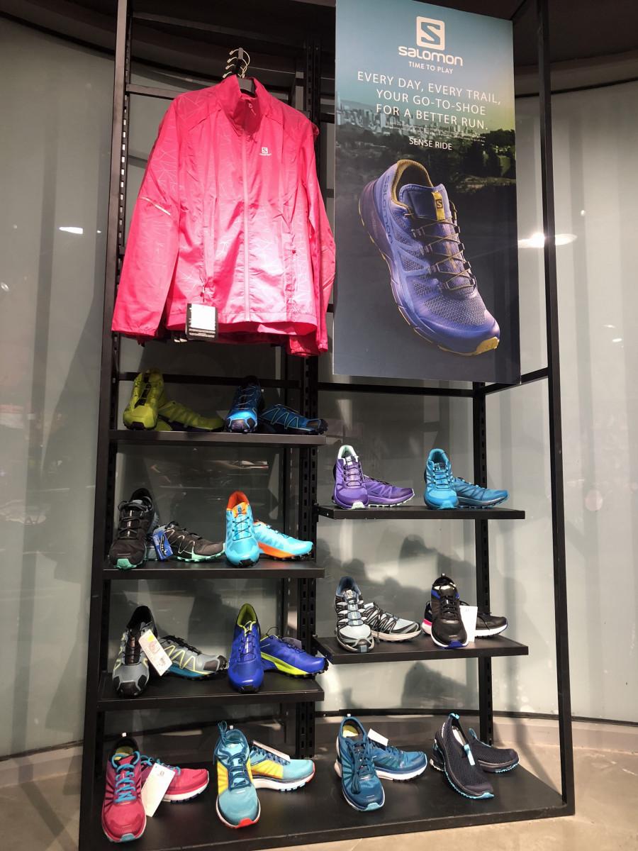 Giày chạy trưng bày gây ấn tượng cho khách hàng