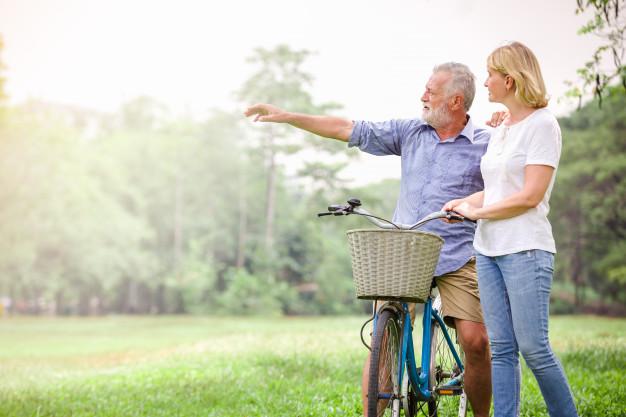 Hai vợ chồng trung niên đạp xe buổi sáng nhằm tăng cường sức khỏe