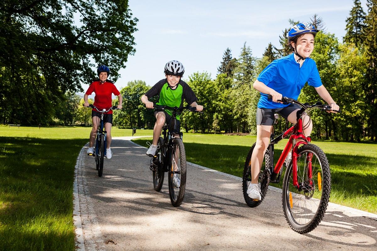 Các teen đang tập luyện trên xe đạp giúp tăng chiều cao