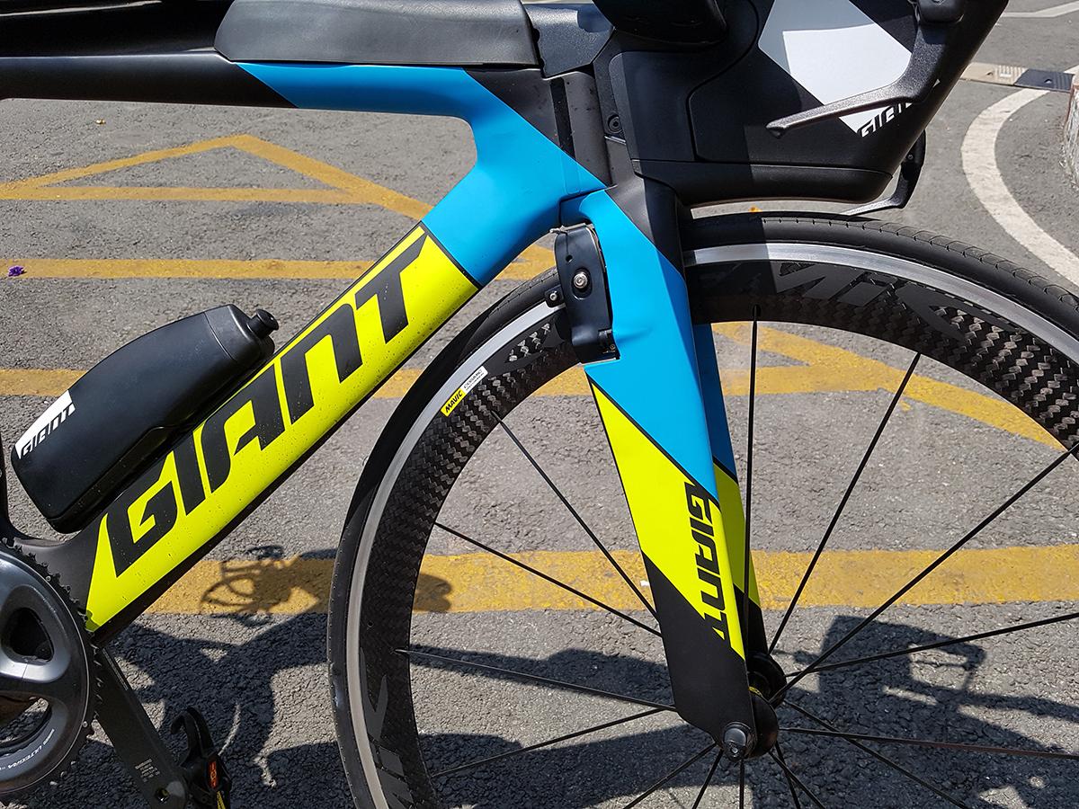 Khung xe đạp tính giờ có hình dạng ống dẹp có khả năng xé gió khi chạy tốc độ cao