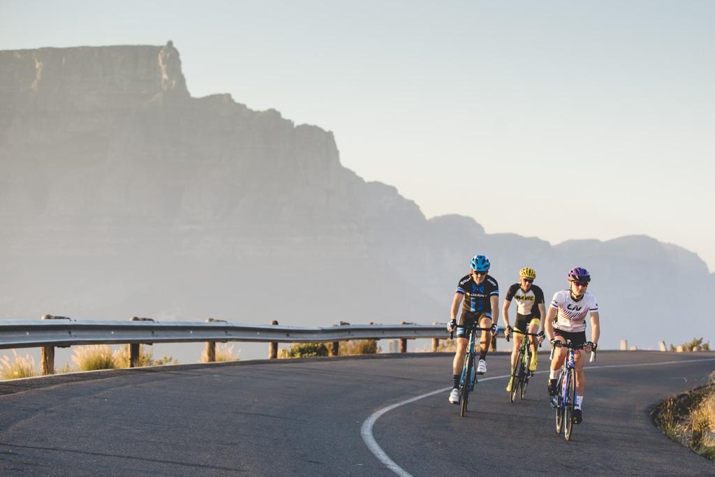 Các tay đua thẻ đạp xe trên ngọn đồi cao đầy sương sớm