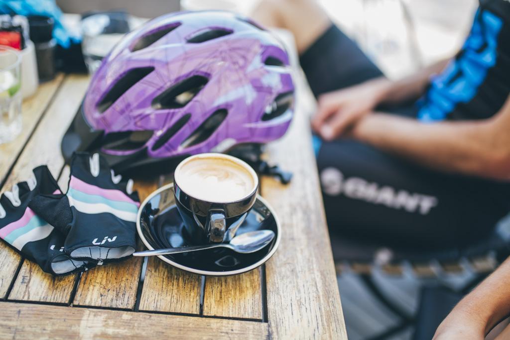 Các tay đua ngồi tận hưởng những giọt cà phê thơm lừng buổi sáng