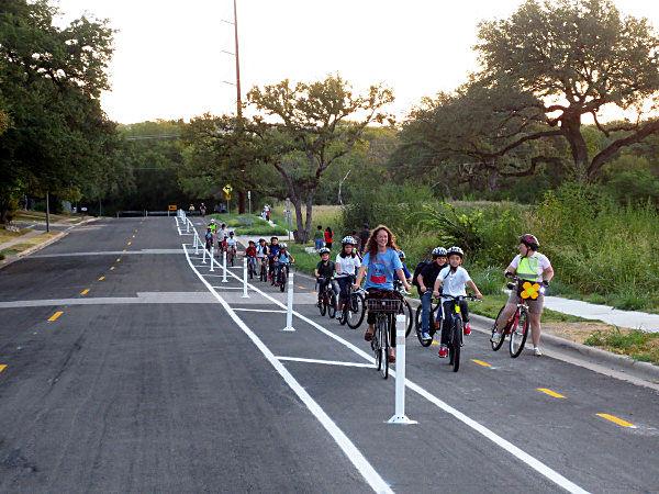 Học sinh Mỹ tuân thủ luật giao thông khi đạp xe đến trường