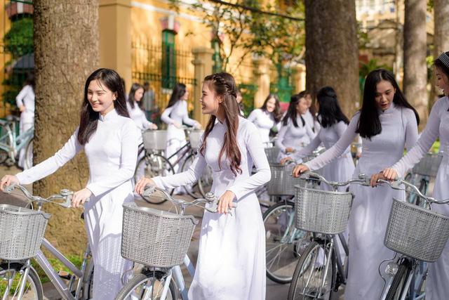 Xe đạp là một trong những phương tiện phổ biến của Học Sinh Việt Nam từ nông thôn đến thành thị