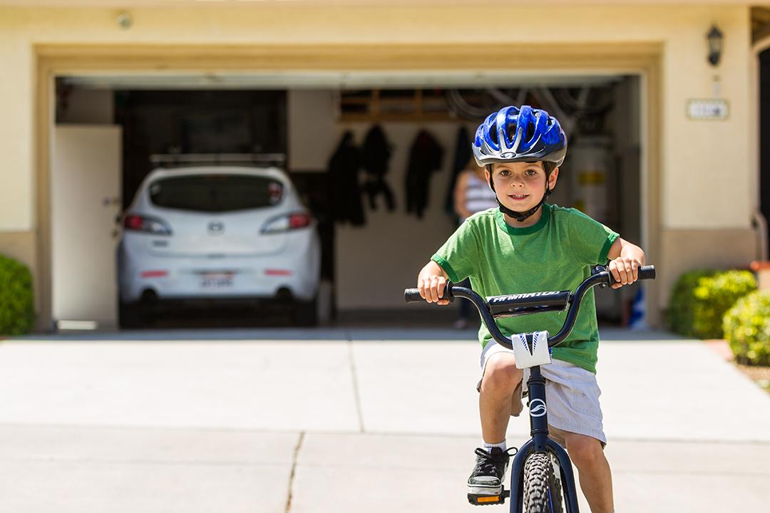 Các bạn nhỏ sống ở tỉnh thường đạp xe hoặc đi bộ đến trường