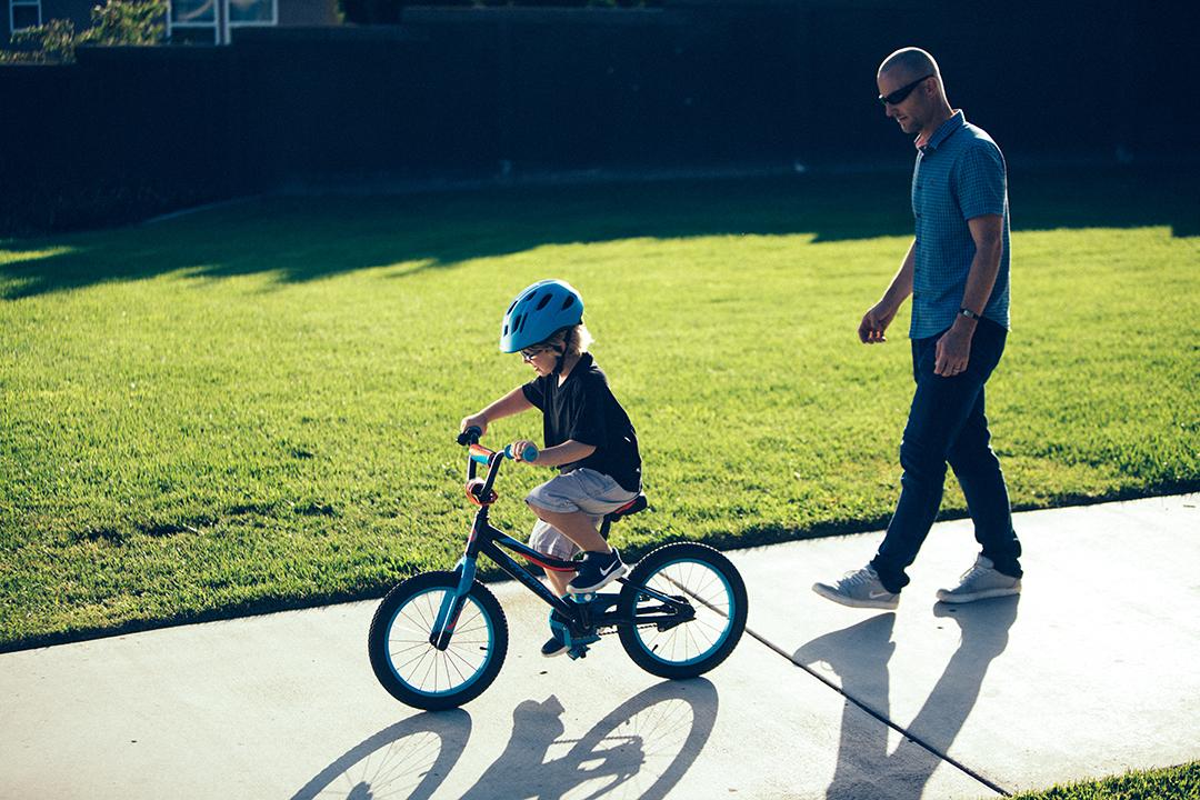 Cho con đạp xe tự đạp xe đi học nếu đoạn đường đến trường gần nhà và ít xe cộ