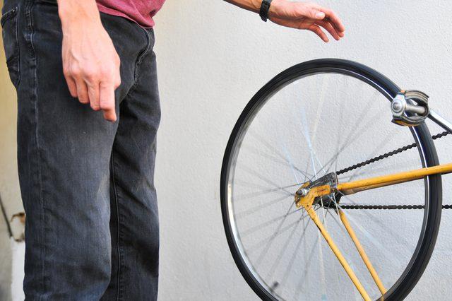 Kiểm tra độ căng của lốp xe trước khi đi học bằng xe đạp