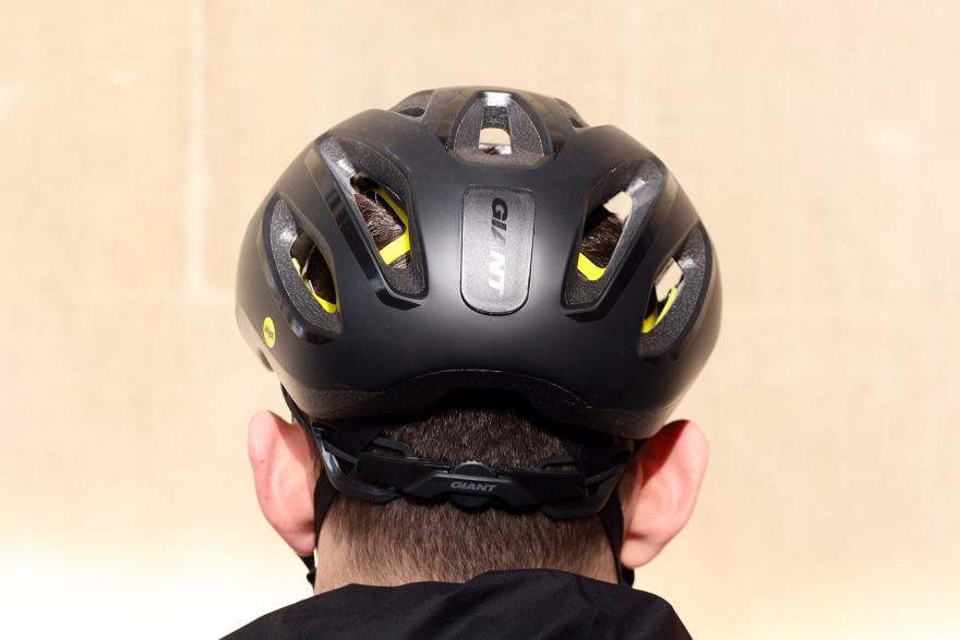 Đội nón bảo hiểm giúp bảo vệ các teen luôn được an toàn
