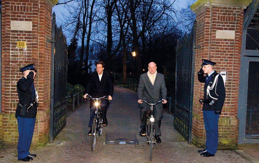 Ngài Mask Rutte kết thúc ngày làm việc của mình trên chiếc xe đạp về nhà