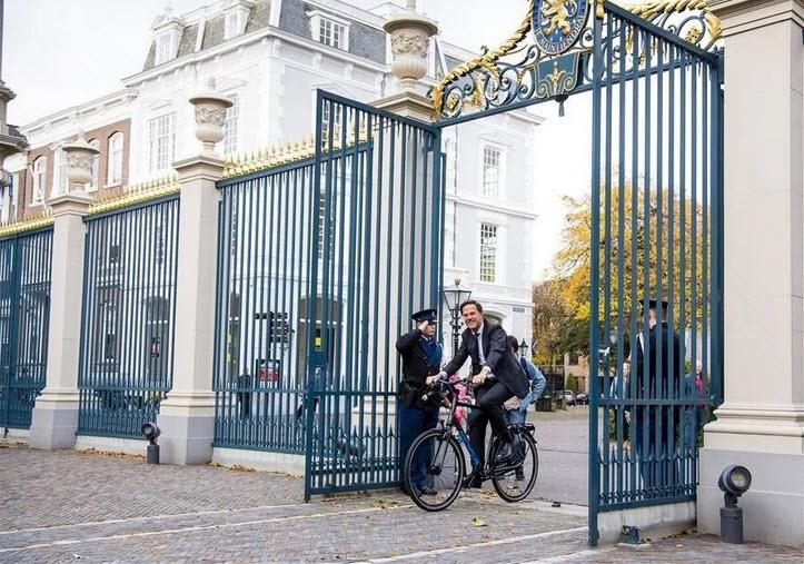 Ngài Thủ tướng Hà Lan bắt đầu ngày mới bằng việc đạp xe đến nơi làm việc