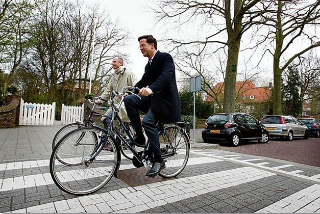 Thủ tướng Hà Lan hằng ngày đến nơi làm việc trên chiếc xe đạp