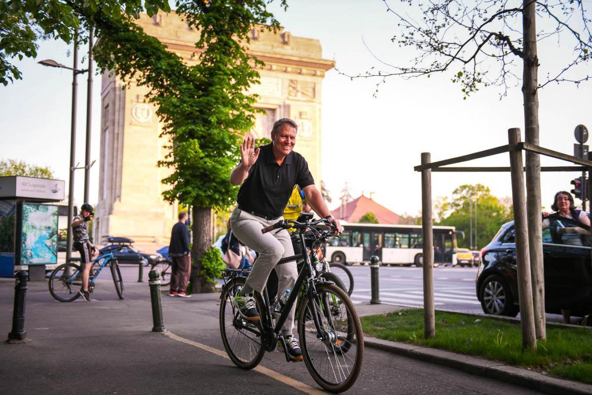Thủ tướng Romania đi xe đạp trên đường đến văn phòng làm việc