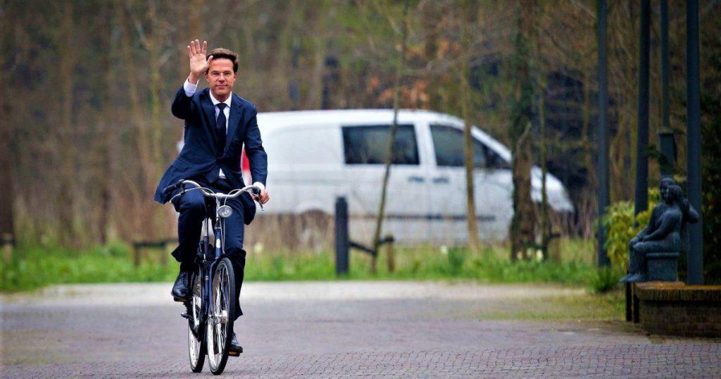 Thật bất ngờ đến vị Thủ tướng mà cũng đi làm bằng xe đạp