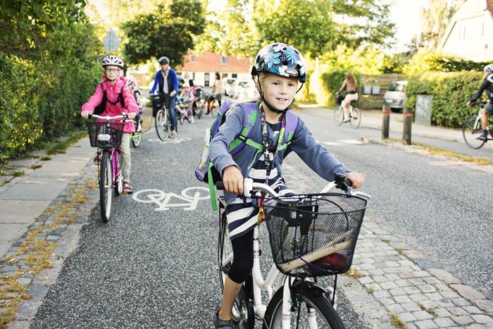Đan Mạch có làn đường dành riêng cho xe đạp giúp các em nhỏ dễ tham gia giao thông trên đường