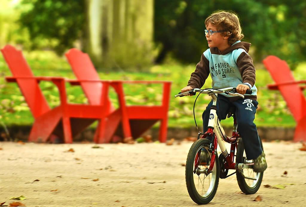 Trẻ em đạp xe vui chơi trong khuôn viên trường ở đất nước Đan Mạch
