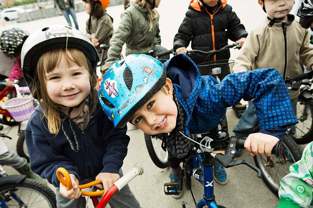Những gương mặt rạng rỡ khi được tự thân đạp xe đến trường