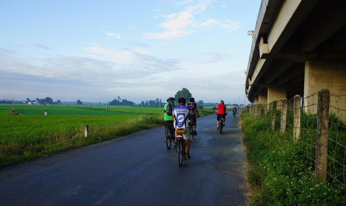 Tuyến đường đạp xe Phú Mỹ Hưng đi Bến Lứt được nhiều người tham gia