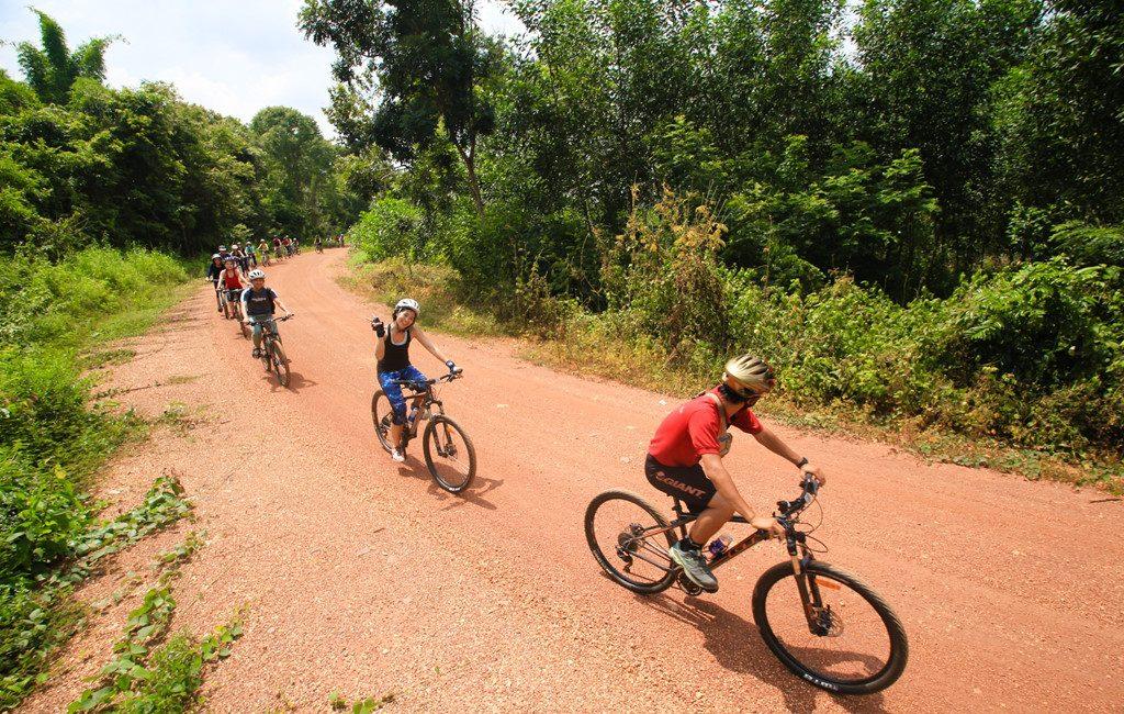 Núi Dinh cách thành phố Sài Gòn khoảng 50km