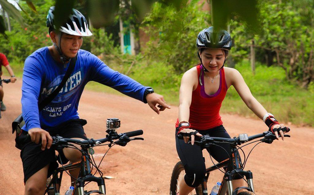 Nhiều người sinh sống tại Sài Gòn thích thú phượt bằng xe đạp