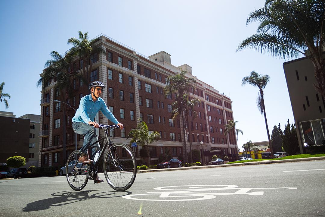 Nếu thay thế đạp xe bằng cách lái xe hơi đi làm giúp đến 44 triệu tiền xăng