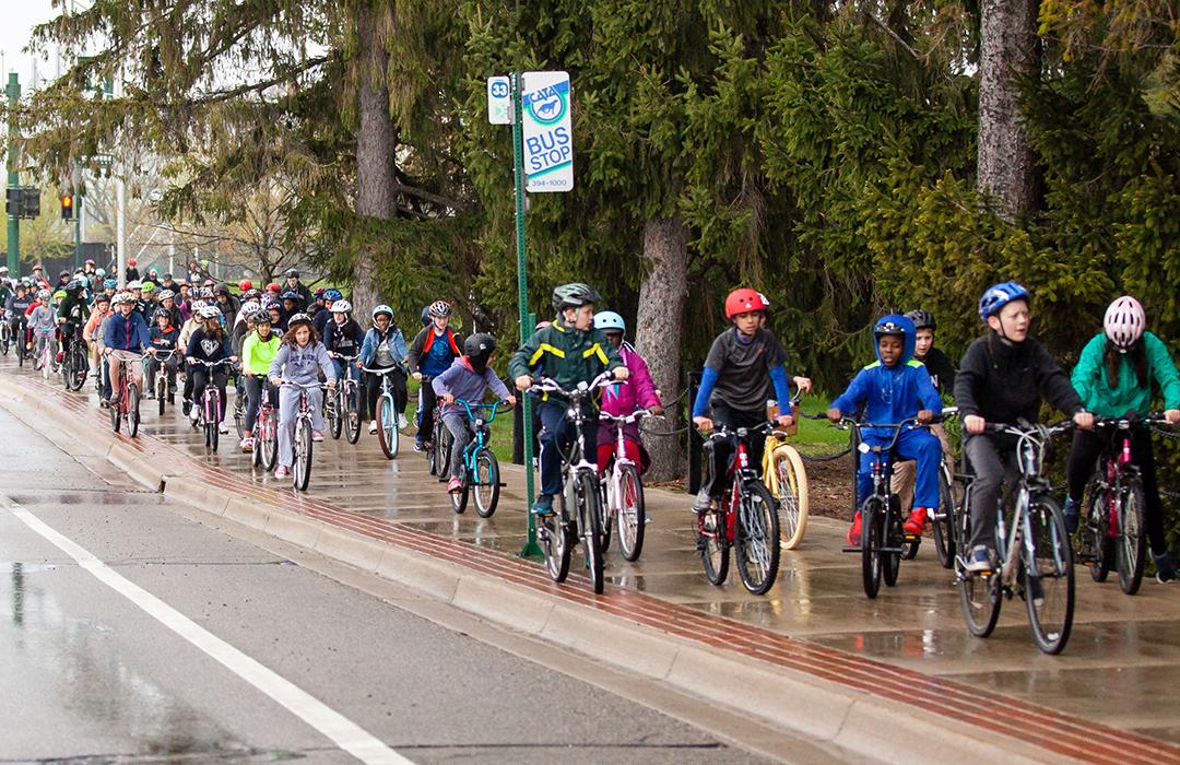 Các học sinh nữ đạp xe hoặc đi bộ đến trường có khả năng nói và làm toán tốt hơn