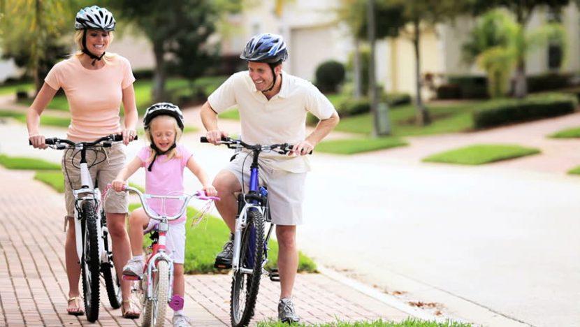Cha mẹ đạp xe cùng con vào cuối tuần giúp con phát triển trí não học giỏi hơn