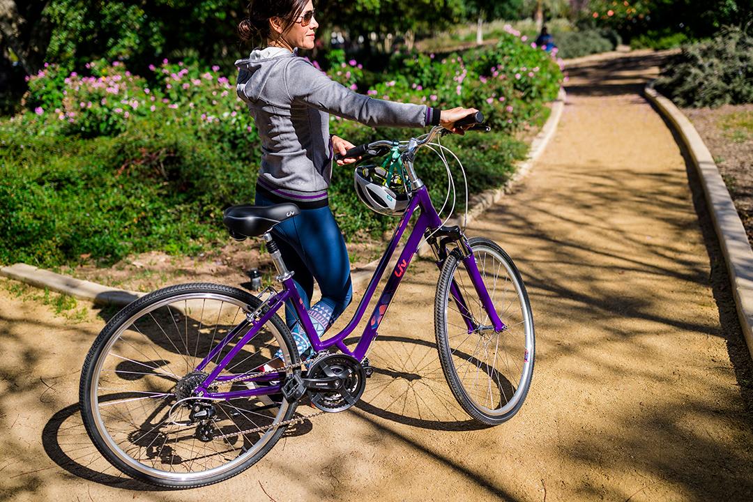 Xe đạp trọng lượng nhẹ hơn xe máy gấp nhiều lần, chị em dễ dàng dẫn xe và không cần dùng nhiều sức