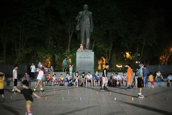 Cảnh nhộn nhịp buổi chiều tối tại công viên Lê Văn Tám