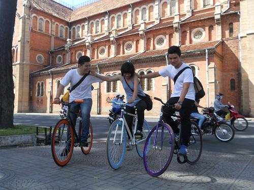 Đạp xe quanh khu nhà thờ Đức Bà - Bưu Điện thành phố - Dinh Độc lập khiến nhiều bạn trẻ thích thú