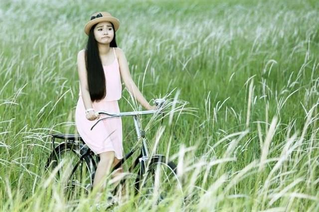 Các bạn trẻ đến cánh đồng cỏ lau để đạp xe, chụp hình mỗi chiều