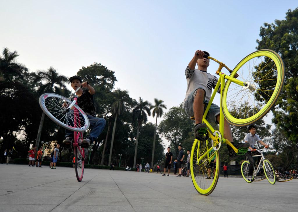 Các bạn trẻ say sưa tập các kỹ thuật trên xe đạp tại công viên