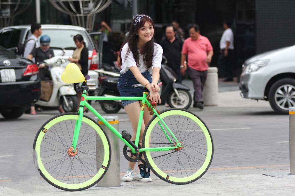 Các bạn trẻ cũng hay đạp xe và ghé chơi tại phố đi bộ Nguyễn Huệ
