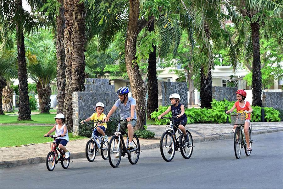 Các hộ dân cư ở đây cũng thường xuyên luyện tập thể dục bằng xe đạp