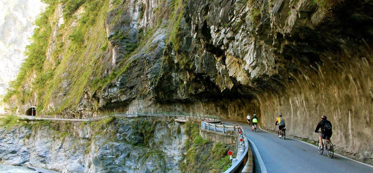 Phượt bằng xe đạp giữa con đường vách đá