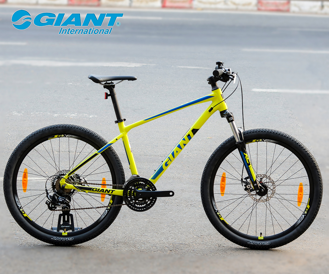 Giant ATX2 phiên bản màu vàng nổi bật giữa đường phố