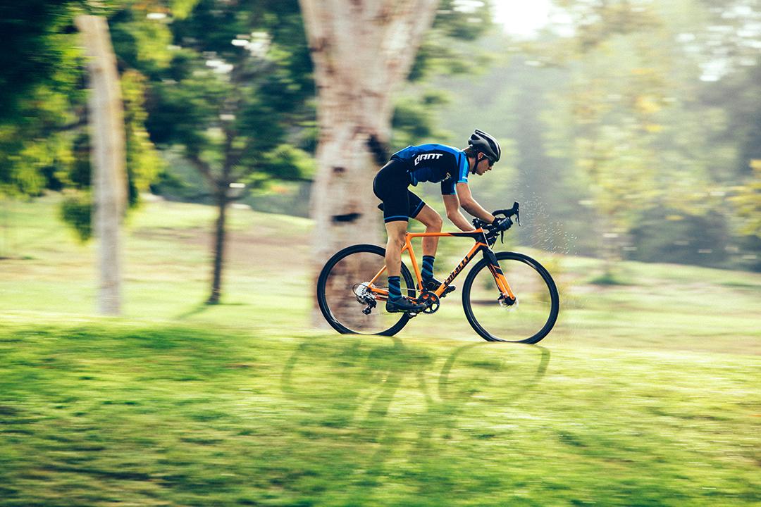 Xe road di chuyển rất nhanh trên đường nhựa và rất không tốn nhiều sức khi đạp