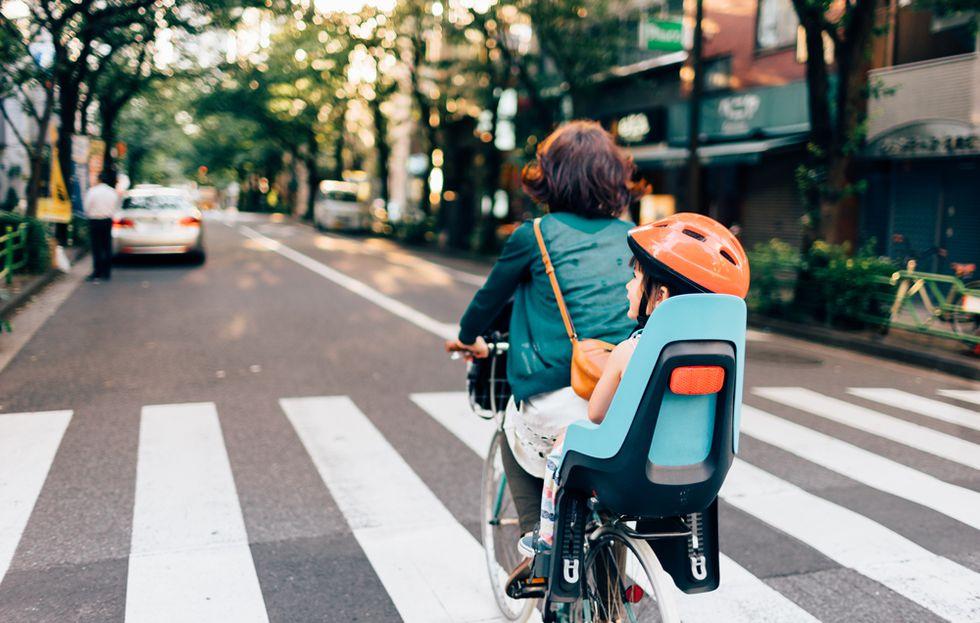 Sử dụng xe đạp để đưa con đến trường