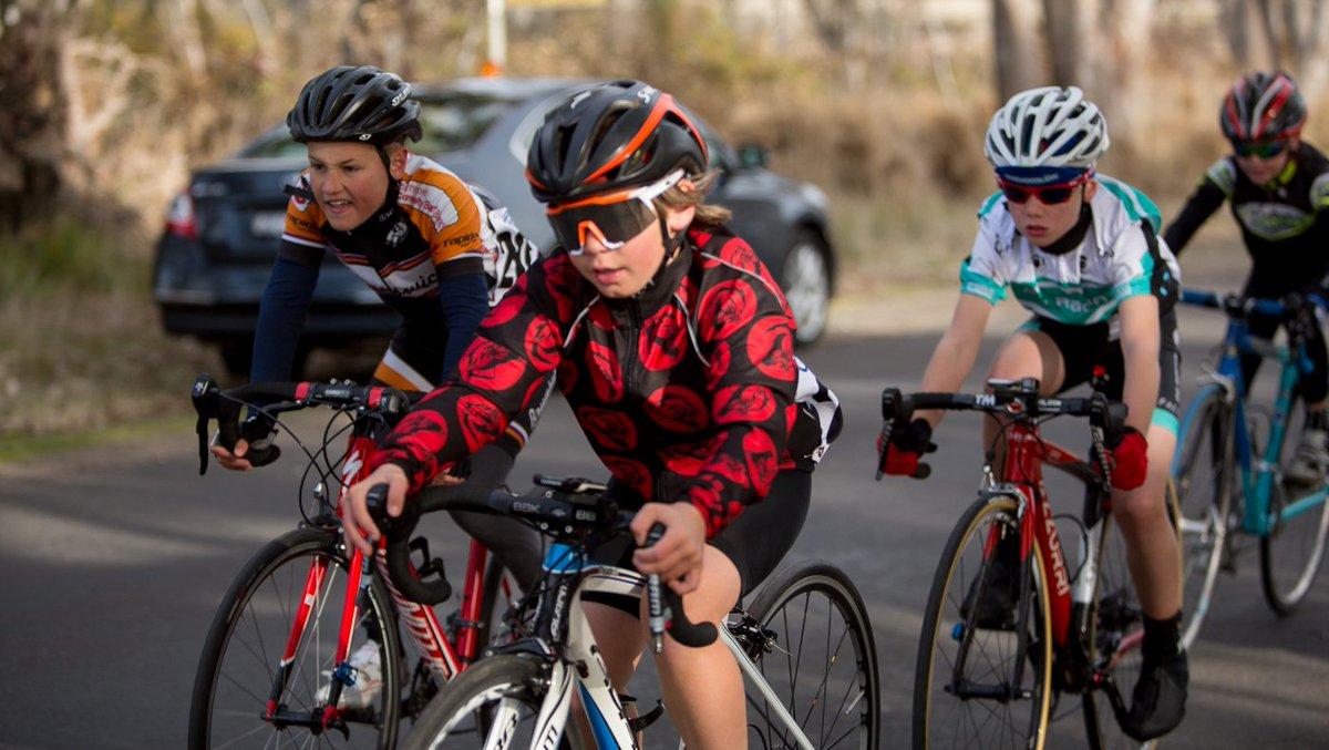 Nhiều bạn học sinh lựa chọn đạp đua đến trường