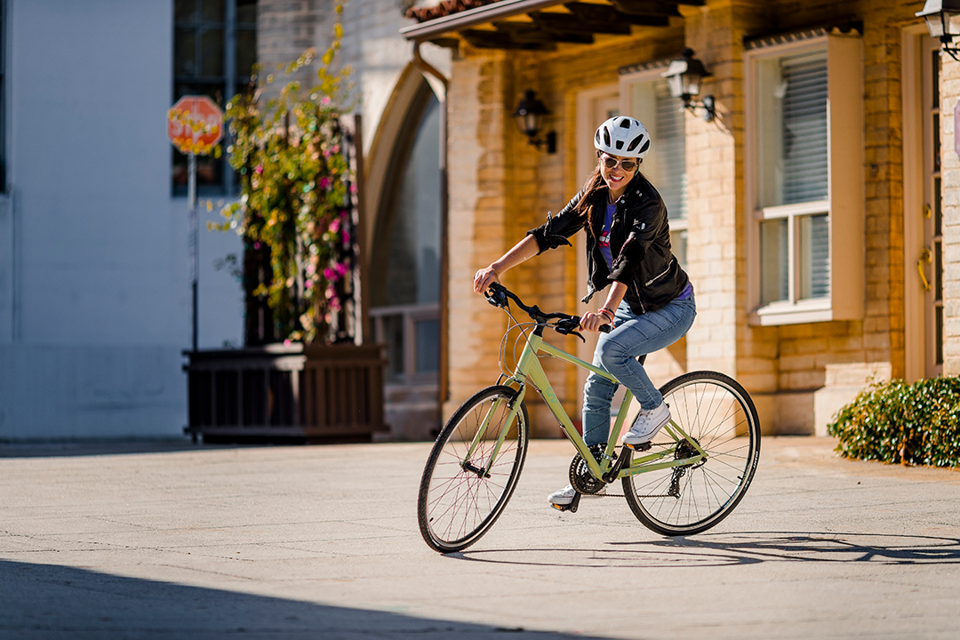Bạn nữ trẻ trung năng động trên chiếc xe đạp Alight 2 DD