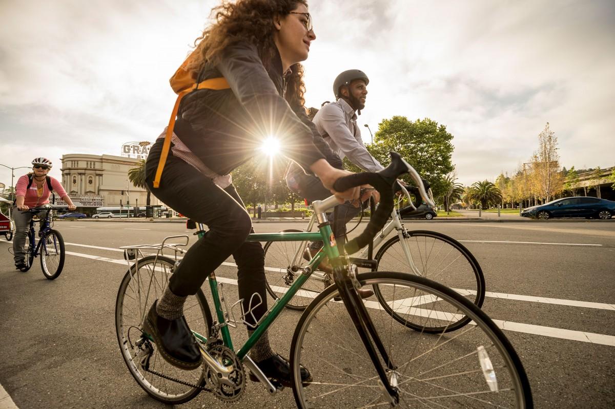Hoạt động thể chất vừa phải như đi xe đạp giúp cơ thể dễ đi vào giấc ngủ