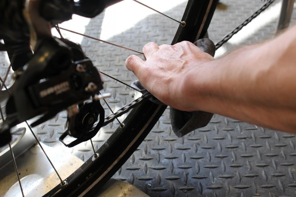 Sử dụng giẻ khô sạch để lau khung, các bộ phận và bánh xe.