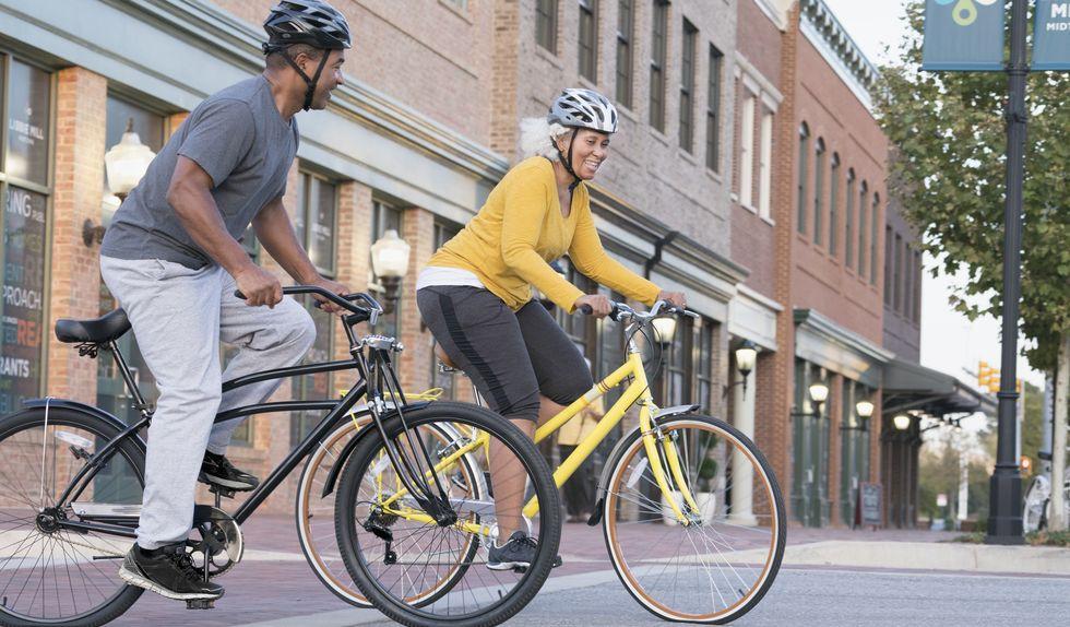 Hình ảnh này chưa có thuộc tính alt; tên tệp của nó là couple-riding-bicycles-in-city-royalty-free-image-1007498250-1558109235.jpg
