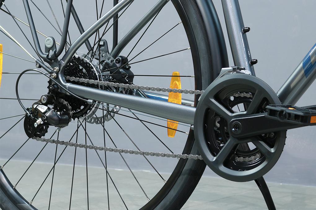 Xe đạp đường phố touring Giant Escape 2 City Disc - 2021 sử dụng hệ thống truyền động bao gồm bộ chuyển dĩa Shimano Tourney 2 dĩa đi kèm chuyển líp Shimano Altus 8 líp.