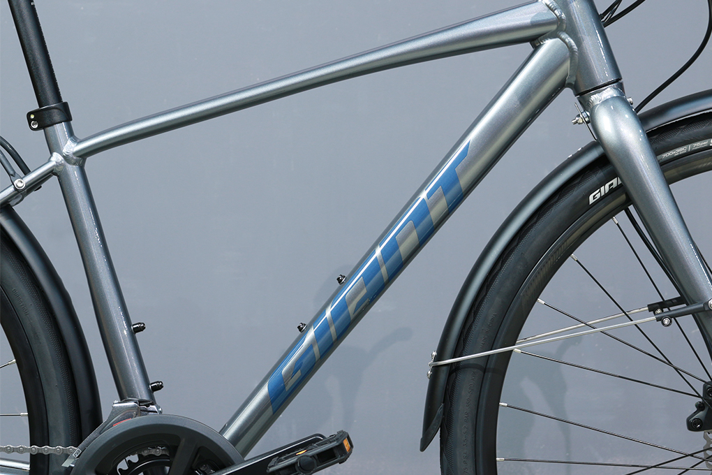 Xe đạp đường phố touring Giant Escape 2 City Disc - 2021 được trang bị bộ khung xe màu xám đen cá tính và mạnh mẽ.